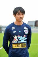 横浜F・マリノスから期限付き移籍で新たに加入し、報道陣の取材に応じるGK朴一圭=鳥栖市北部グラウンド