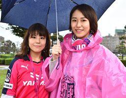 (左から)野口沙弥さん(26)、眞弥さん(20)=鳥栖市のベストアメニティスタジアム