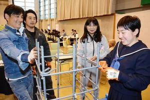 実際に鉄筋を組み立てる生徒=唐津市ふるさと会館アルピノ