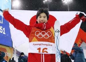 平昌五輪のフリースタイルスキー男子モーグルで銅メダルを獲得し、日の丸を掲げる原大智=12日、韓国・平昌(共同)