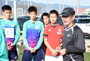 レベルアップを目指すうえで必要なメンタリティなどをアドバイスした内山篤さん(右)=佐賀市健康運動センター