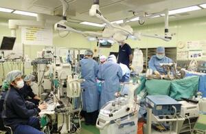 京都大病院で行われた、新型コロナウイルスによる肺障害患者への生体肺移植手術(京都大病院提供)