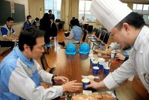 シェフから豆乳のスープを渡される献血協力者=佐賀市高木瀬西の佐賀工場団地協同組合