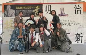 「佐賀の八賢人おもてなし隊」の役者と記念撮影する有田工放送部の二人