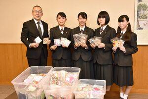 生徒を代表して、江里口秀次小城市長に手作りのマスクを手渡した4人=市役所