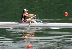 ボート女子シングルスカル準決勝 4分13秒81でレースを終えた唐津商の國元悠衣=島根県さくらおろち湖ボート競技施設