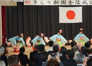 落成式で祝舞を披露した年長組の園児ら