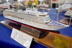 岩﨑慶次さんによるクルーズ船「飛鳥2」。木材から船体を形作り、細やかな設備まで忠実に再現している