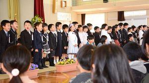 上級生に「よろしくおねがいします」とあいさつする新入生たち=唐津市の鏡山小