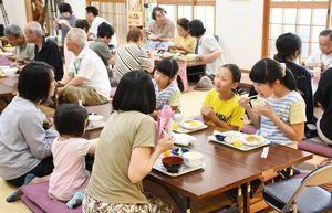 子どもからお年寄りまで多くの人でにぎわう宿町食堂=鳥栖市の宿町公民館