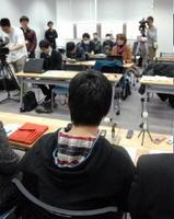 会見で裁判に対する思いを述べる男子生徒=佐賀市