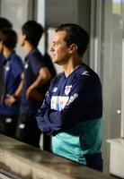 鳥栖-広島 後半、退席処分を受け、ピッチの外で試合を見守るフィッカデンティ監督=鳥栖市のベストアメニティスタジアム