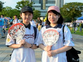 小田京香さん(右)と江本公さん