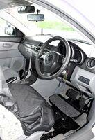 低身長の人向けのペダル延長装置を備える教習車=杵島郡大町町の大町自動車学校