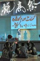 ステージイベントでは、応援グッズを手に出演者へ声援を送る生徒もいた=佐賀市の龍谷高