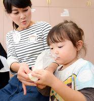 石けんを練りながら香りをかぐ栞奈ちゃん=吉野ヶ里町の三田川児童館