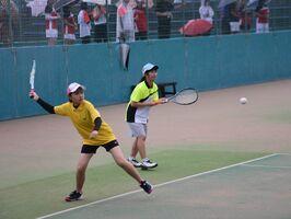 混成ペアで出場した唐津西1年の松尾千春(左)と多久2年の楢崎愛花=嬉野市のみゆき公園テニスコート