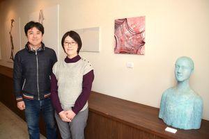 鶴田正和さん(左)と明希さん=佐賀市兵庫北のギャラリークレーンズ・アート