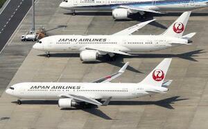 羽田空港に並ぶ日航機=4月