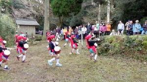 歩け歩け大会50回を記念し、園児のエイサー踊りが奉納された=伊万里市東山代町の「山ン寺」