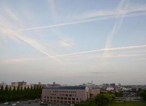 風の少ない穏やかな気候で、空には何本もの飛行機雲が浮かんでいた=6日夕、佐賀市
