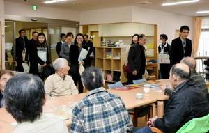 笑顔で施設を視察した、サジク総合社会福祉館の職員ら=神埼市の佐賀整肢学園・かんざき清流苑