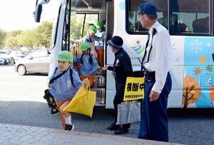 避難訓練で、バスから降りて避難所となる体育館へ入る園児ら=神埼市のトヨタ紡織九州クレインアリーナ