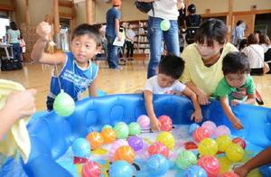 ヨーヨー釣りを楽しむ子どもたち=嬉野市のコミュニティーセンター楠風館
