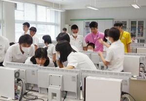 ARアプリ作成の授業に取り組む学生ら=佐賀市の佐賀商高