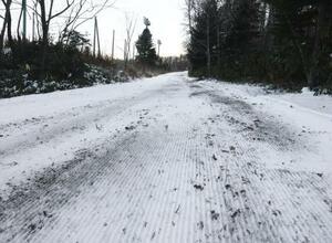 10日、スキーコースの一部で土が露出する札幌市の白旗山距離競技場。国際大会が中止になった