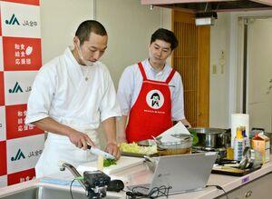 佐賀の食材を使った和食のおかず3品の調理を実演した平河直さん(左)=佐賀市のアバンセ