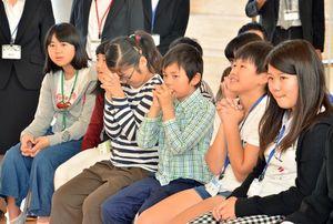 試作化される作品の発表を前に、祈る子どもたち=小城市の小城中