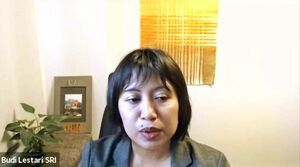 オンラインセミナーで礼拝や断食など、イスラム文化について解説するスリ・ブディ・レスタリさん