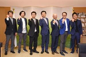 海外展開への取り組みを山口祥義知事に報告した諸富家具振興協同組合の関係者ら=佐賀市の県庁
