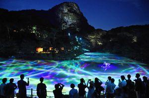 御船山楽園で行われたデジタルアート展。大勢の見物客が訪れ、周辺旅館の宿泊にもつながった=武雄市