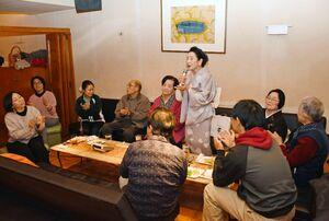 スナックでカラオケを楽しむ施設利用者たち=昨年11月、唐津市中町のZAZABY