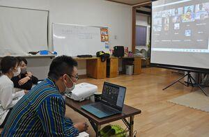 県内外に住むミャンマー人の相談をオンラインで聞く地球市民の会のメンバーら=佐賀市