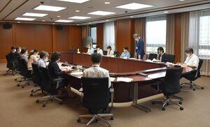 若年層のワクチン接種などについて協議した県いじめ問題対策委員会=佐賀県庁