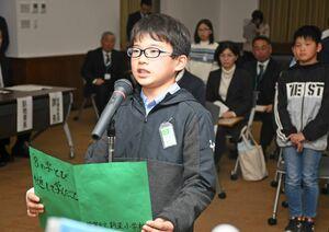 受賞校を代表し、8の字とびを通して学んだことなどを話す多々良涼真さん=県庁