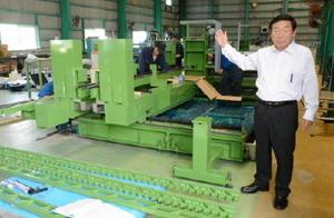 「ガラス加工機器の製造を新たな事業の柱にしたい」と話す吉村正社長=佐賀市東与賀町の大神