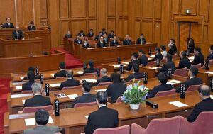 稲富正敏議員が県議会開会の冒頭、昨年12月に亡くなった石丸博氏に向けた追悼演説を行った。議場には遺族の姿もあった=佐賀県議会棟