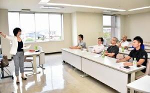 海外展開を見据え、英語の語学研修に取り組む諸富家具メーカーの経営者ら=佐賀市諸富町