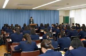 小城市選挙管理委員会から市長選の選挙事務について説明を受ける高校生=小城市の小城高校