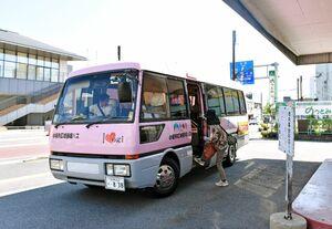 小城市の地域公共バス。運転免許証の自主返納対策で、運賃の無料期間は9月から2年間に延びる=小城市小城町