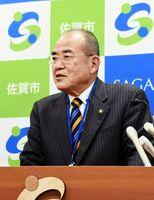 議会決議について「賛成多数と全会一致では重みは違う」と述べた秀島市長=佐賀市役所
