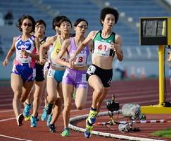 わかやま国体陸上成年女子1500メートル決勝で先頭に立つ陣内綾子(右・九電工)=和歌山県の紀三井寺公園陸上競技場