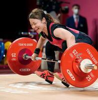 女子49キロ級 スナッチで76キロに失敗した三宅宏実=東京国際フォーラム