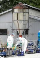 豚コレラが発生した岐阜県恵那市の養豚場で、防疫作業の準備を進める作業員=22日午後