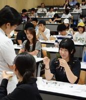 3種類の食感を判別した学生たち=神埼市の西九州大