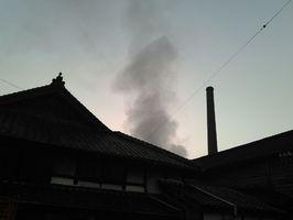 酒造りの湯煙が上がる酒蔵=有田町大木宿の松尾酒造場
